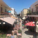 Kleine Straße mit Restaurants in Kos Stadt